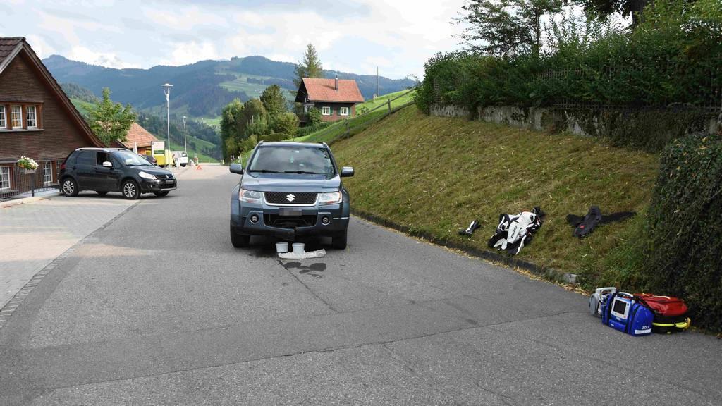 Motorradfahrer prallt frontal in Auto