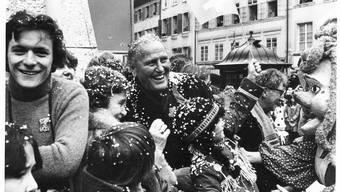 Auch vermeintliche Gebrauchsfotografien geben Aufschluss über die Vergangenheit: SP-Bundesrat Willi Ritschard und seine Gattin Greti besuchen im Winter 1981 den Fasnachtsumzug in der Stadt Solothurn.  (Archiv Solothurner Zeitung)