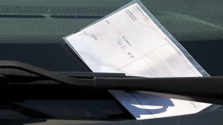 Wer den Online-Bussenschalter nicht nutzen will oder kann, erhält 30 Tage nach Ausstellung der Ordnungsbusse eine Übertretungsanzeige mit Einzahlungsschein per Post. (Archivbild)