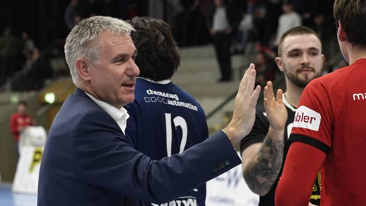 Der Aargauer Sportminister Alex Hürzeler klatscht trotz Niederlage mit den HSC-Spielern ab.