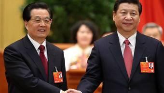 Der scheidende Präsident Hu Jintao (links) gratuliert seinem Nachfolger Xi Jinping (rechts)