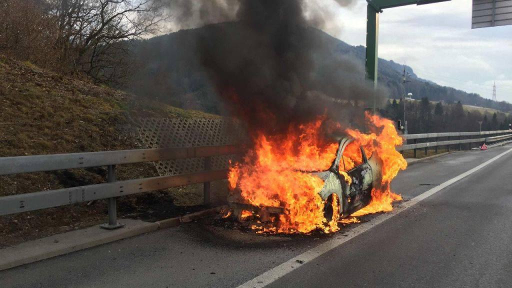 Auf der Autobahn A12 bei Châtel-St-Denis ist am Montag ein Auto ausgebrannt. Die Insassen bleiben unverletzt.