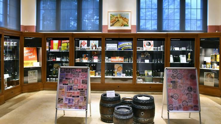 Blick in den Ausstellungsraum von Urs Richners Gastausstellung «Rund ums Bier» im Zündholzmuseum Schönenwerd