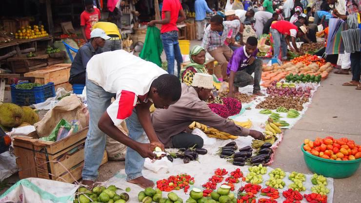 Händler verkaufen auf dem Markt von Stone Town ihre frische Ernte. Bild: Getty Images
