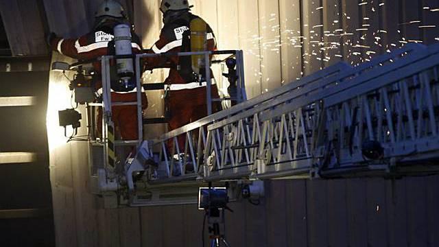 Feuerwehrmänner löschen den Brand in Hinwil