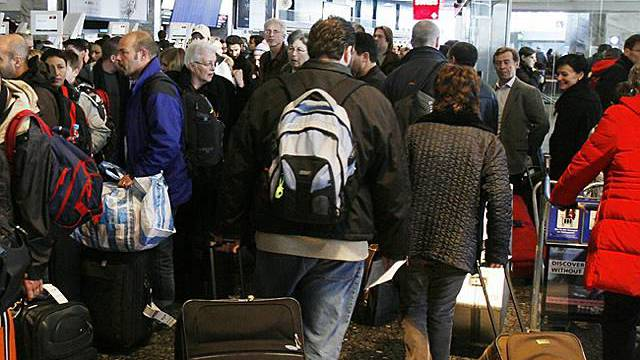 Nach wie vor viele Passagiere am Flughafen Zürich (Archiv)