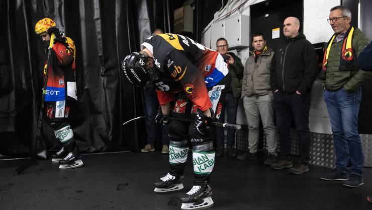Berns Topskorer Mark Arcobello (links) und sein Teamkollege Calle Andersson.Bild: Peter Klaunzer/Keystone (Bern/21. Februar 2020)