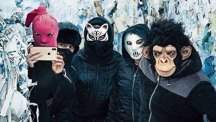 Masken und iPhone: Die Markenzeichen der Ökorebellen. (Bild: Netflix)