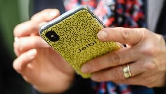 Im Schnitt wird ein Smartphone erst nach 2,6 Jahren ausgetauscht - Tendenz zunehmend. (Archivbild)
