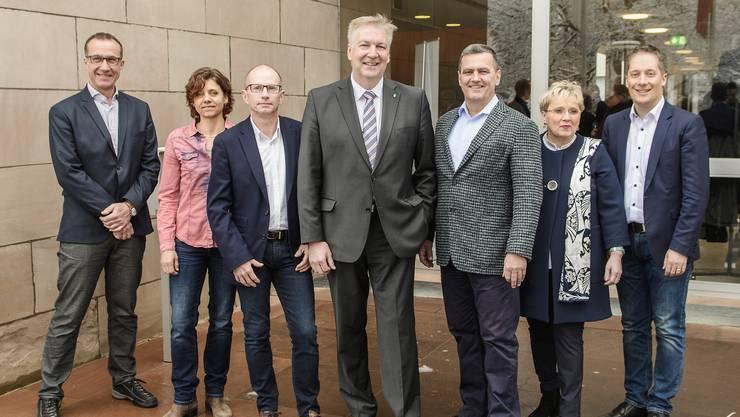Von links: Daniel Hettich (LDP), Christine Kaufmann (EVP), Guido Vogel (SP), Gemeindepräsident Hansjörg Wilde, Felix Wehrli (SVP), Silvia Schweizer (FDP), Daniel Albietz (CVP)