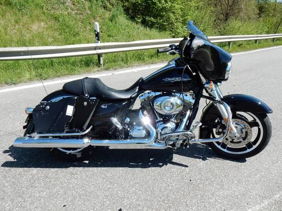 Der 71-jährige Lenker dieses Motorrads musste schwer verletzt ins Spital geflogen werden.