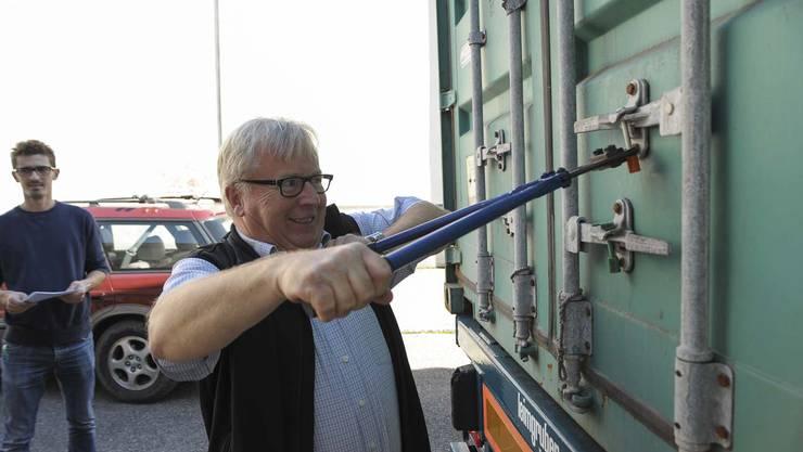 Hans Jörg Reber, Inhaber Bertschi Kaffee öffnet den Container  und begutachtet die Ware