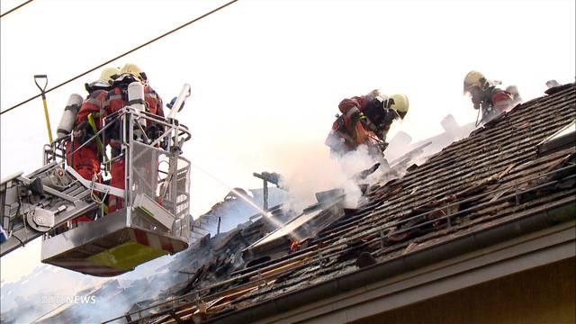 Mehrfamilienhaus steht in Flammen