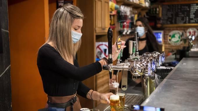 Auch im Kanton Schwyz muss man ab Montag mit Maske arbeiten. (Symbolbild)