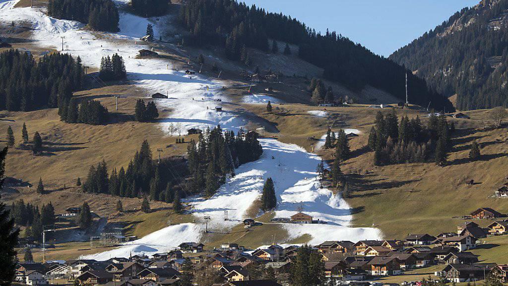 Schnee im Winter wird in vielen Regionen der Schweiz immer seltener und oftmals nur noch aus der Schneekanone anzutreffen sein. (Archivbild)