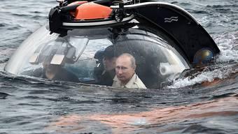 """""""Befreier der Krim"""", als den sich der russische Präsident Putin sieht, in James-Bond-Manier vor dem Marine-Stützpunkt Sewastopol an der Südspitze der Schwarzmeerhalbinsel. (Bild vom August 2015)"""