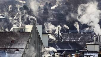 Die Schweiz soll ihren CO2-Aussstoss senken. Die GLP will den Kanton Aargau zu Abgaben verpflichten. (Symbolbild)