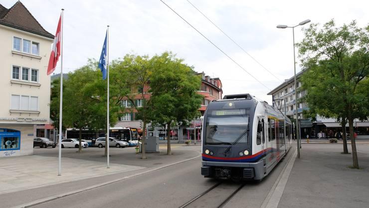 Nun hat die BDWM die Beschaffung von acht Fahrzeugen für die Limmattalbahn aufgegleist. Im Bild: Die Bremgarten-Dietikon-Bahn der BDWM fährt auf den Dietiker Kirchplatz ein.