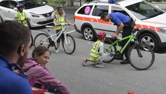 Nah beim Publikum. Bevor die Kinder die Fahrradprüfung antreten, überprüft ein Grenchner Stadtpolizist, ob ihre Velos auch betriebssicher sind.