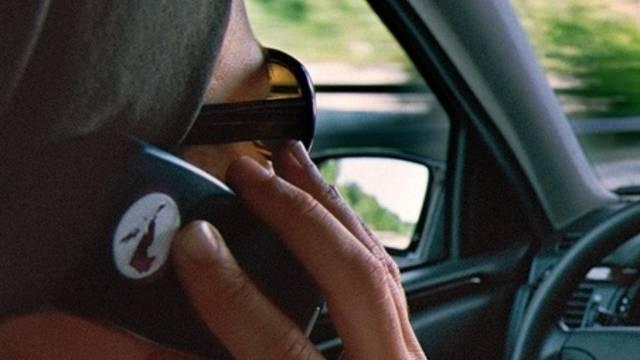 Gefährlich: Telefonieren während dem Autofahren. (Symbolbild)
