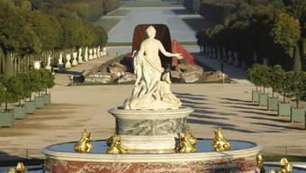 """Die beschmierte Skulptur """"Dirty Corner"""" von Anish Kapoor im Garten des Schlosses Versaille (Archiv)"""