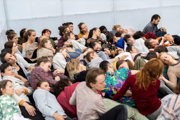 Im Innern versammeln sich das Publikum und 63 Performerinnen und Performer.