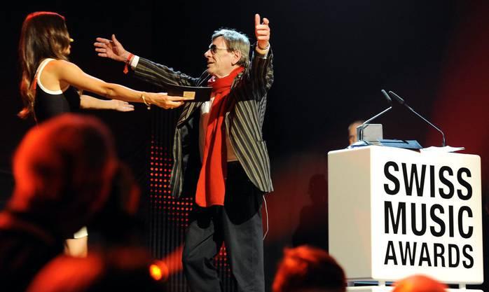 Polo Hofer gewinnt 2011 einen Swiss Music Award für sein Lebenswerk an den Swiss Music Awards in Zürich.