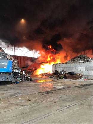 Das Feuer entfachte sich beim Schreddern von Metallfässern.
