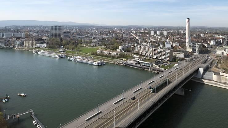 Bei der Basler Dreirosenbrücke ist am Mittwochabend ein Mann im Rhein verschwunden. (Archivbild)