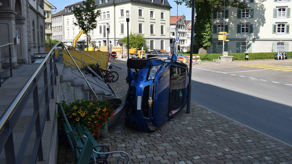 Auto schräg vor Gemeindehaus parkiert? Spektakulärer Unfall in Herisau
