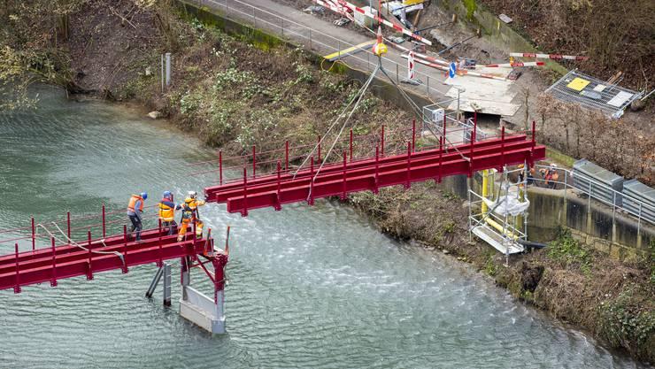 """Fussgängersteg """"Altes Wehr"""" über die Limmat in Obersiggenthal-Rieden wird mit Helikopter zusammengebaut"""