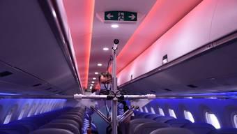 Der UV-Roboter der Schweizer Firma Uveya im Einsatz in einer Embraer-Maschine von Helvetic.