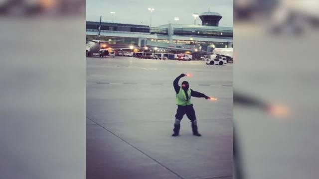 Tanzender Fluglotse muntert weinendes Mädchen auf