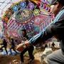 Mit bunten Drachen haben die Menschen in Guatemala den Tag der Toten gefeiert.