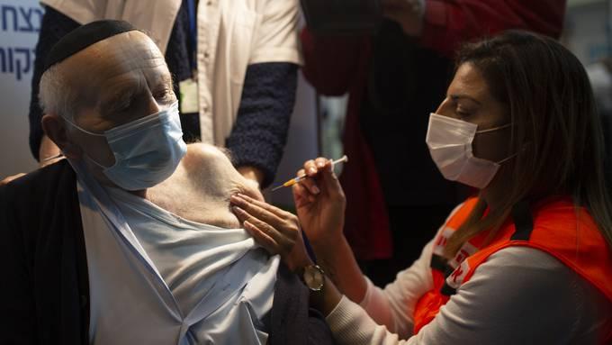 Dieser Israelische Bürger erhält bereits die zweite Impfung.