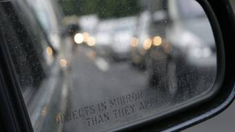 Bei mehreren parkierten Autos wurden die Spiegel abgeschlagen. (Symbolbild)