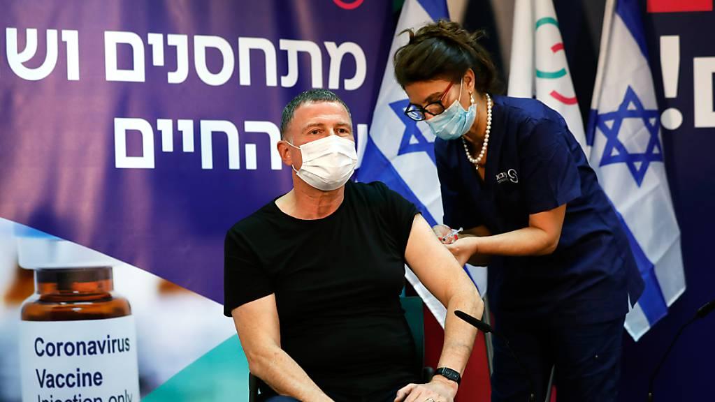 Eine Mitarbeiterin in einem Krankenhaus impft den israelischen Gesundheitsminister Juli Edelstein.