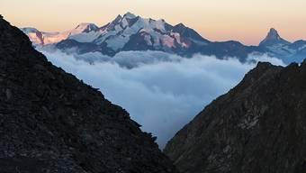 Im Mischabel-Massiv oberhalb von Saas-Fee im Oberwallis (links) stürzten am Sonntagmorgen zwei Schweizer Alpinisten in den Tod. (Archiv)