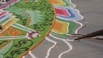 Ein Sandmandala während seiner Entstehung. Die feinen Details erfordern hohe Konzentration.