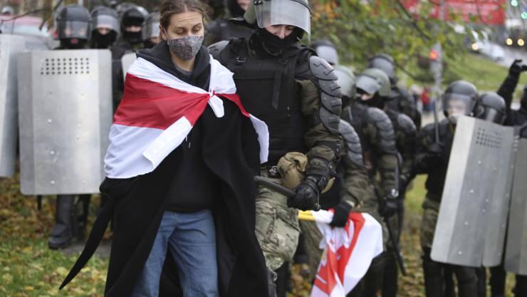 In Minsk verhaftet ein Polizist eine Demonstrantin. Foto: Uncredited/AP/dpa