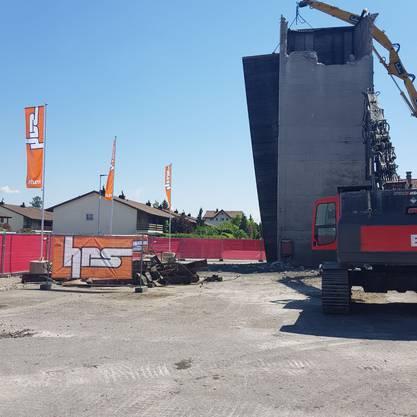 Neun Tage vor Ablauf der Baubewilligung für das neue Stadion hat die Bauherrin HRS mit den Abbrucharbeiten im Torfeld Süd begonnen.