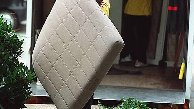 Mann brachte Matratze mit Erspartem zum Recycling.