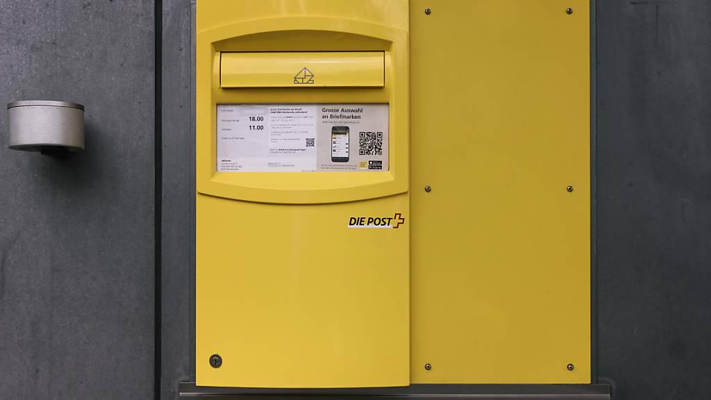 Die Post wird einen Teil ihrer Briefkästen ab kommender Woche weniger oft leeren - insbesondere am Wochenende und in ländlichen Kantonen. (Archivbild)