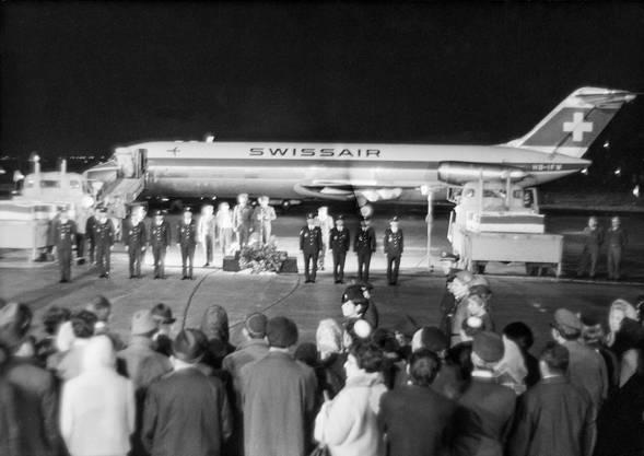 Ehrenzermonie nach der Ankunft der Körper der israelischen Opfer auf dem Flughafen Lod inahe Tel Aviv am 6. März 1970.