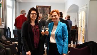 Angela Lunginovic (rechts, Gemeindeammann Schinznach-Bad) und Barbara Horlacher (Stadtammann Brugg) stossen auf den Zusammenschluss an.