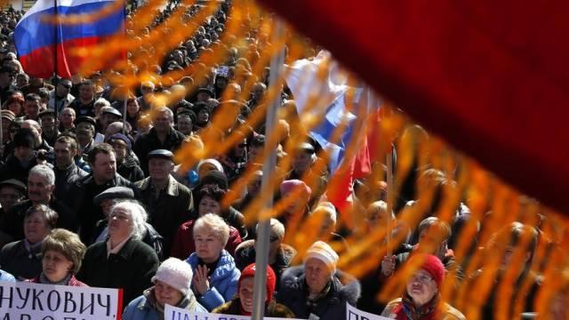 Tausende pro-russische Demonstranten im Zentrum von Donezk