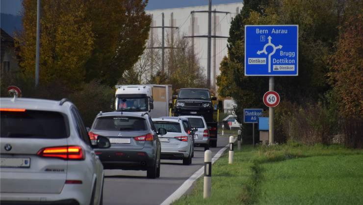 Damit die Fahrzeuge nicht mehr so lange vor dem Kreisel Langelen warten müssen, soll ein Tunnel her. (Bild: Toni Widmer)