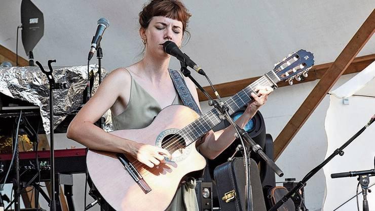 Cyrielle Formaz vom Waadtländer Duo Meimuna verzaubert die Zuhörer mit Stimme und Gitarre.