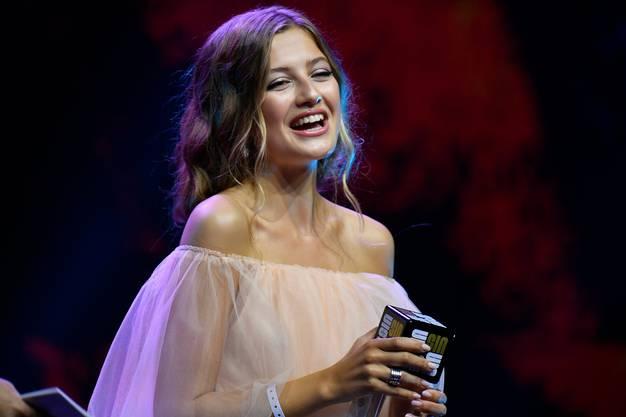 Zoe Pastelle gewinnt einen Award in der Kategorie Lifestyle bei der Swiss Influencer Award Preisverleihung in Zuerich am Donnerstag, 20. Juni 2019. (KEYSTONE/Walter Bieri)