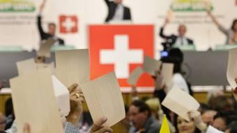 SVP-Delegierte geben ihre Stimme ab